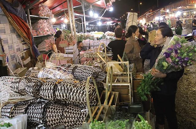 Các mặt hàng phụ kiện như ren, lẵng... phục vụ việc gói hoa cũng được bày bán tại chợ hoa.
