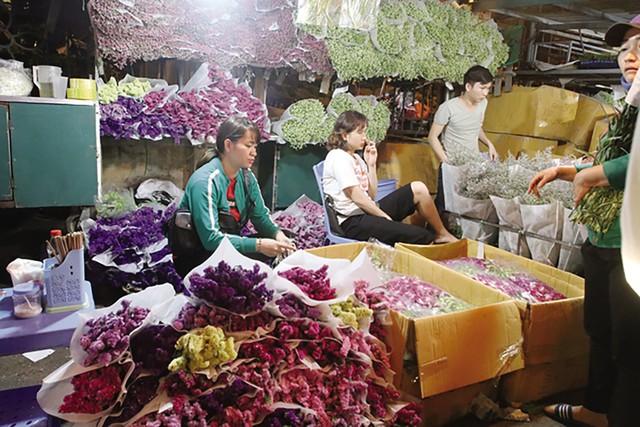 Khách mua buôn, nhất là khách về các tỉnh lân cận chọn mua hoa theo từng thùng lớn.
