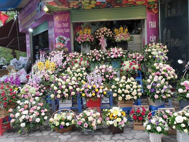 Các giỏ hoa của chị Lan Anh (phố Nguyễn Thị Định) được thiết kế và bày biện bắt mắt. Ảnh: Bảo Loan