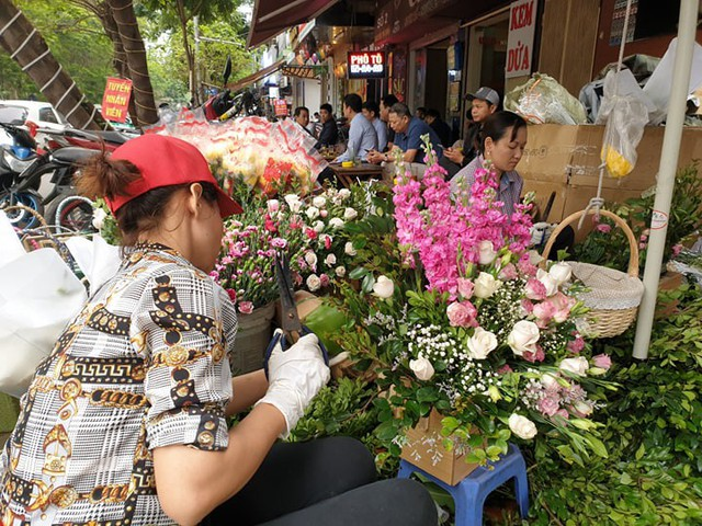 Một nhân viên đang tất bật thiết kế giỏ hoa.