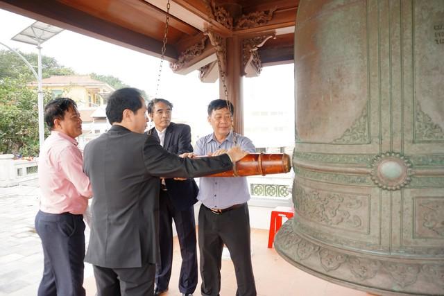 Ban lãnh đạo quận Đồ Sơn thỉnh chuông khai hội
