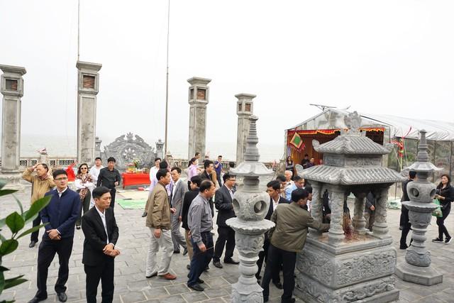 Từ sáng sớm, nhiều du khách đã lền tàu ra đảo dâng hương Đức Nam Hải Thần Vương. Ảnh: ML