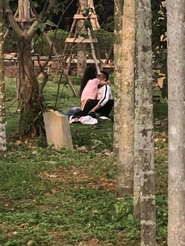 Cặp đôi thản nhiên ngồi lên người nhau, thân mật thái quá ngay trong một khu di tích ở Hải Phòng.