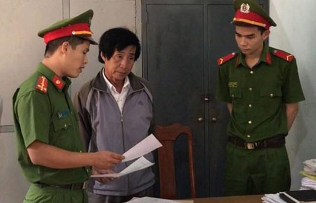 Ông Huỳnh Bê thời điểm bị công an đọc lệnh bắt tạm giam. Ảnh: Minh Lộc.