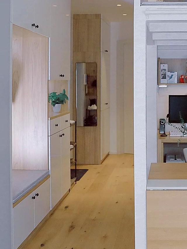 Lối vào nhà được thiết kế khéo léo, bố trí tủ đựng giày đa năng ở hai bên tường cạnh cửa chính.
