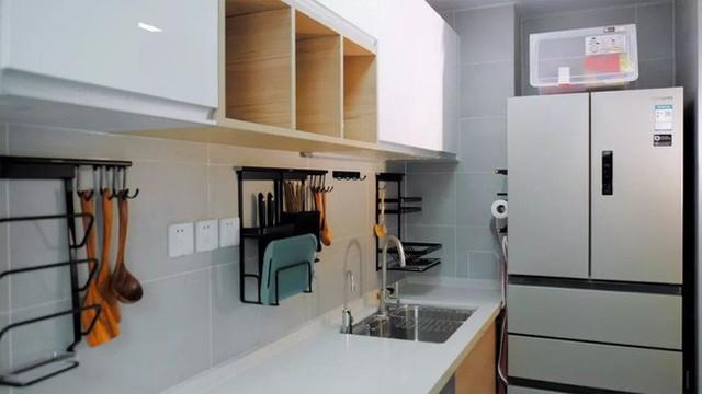 Tủ lạnh được bố trí ngay phía trong cùng vừa tiết kiệm diện tích vừa giúp phòng bếp rộng hơn so với diện tích thực.