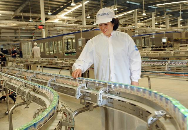 Bà Mai Kiều Liên tại nhà máy Sữa nước Việt Nam.