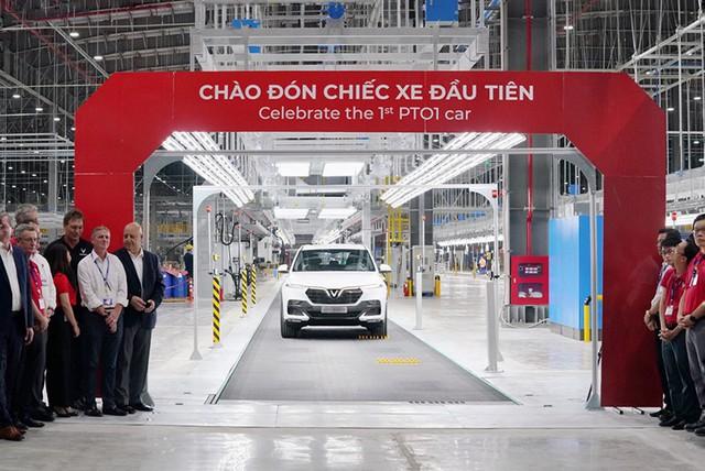 Khoảnh khắc lịch sử của ngành ô tô Việt Nam khi chiếc xe VinFast Lux SA2.0 đầu tiên rời khỏi dây chuyền sản xuất.
