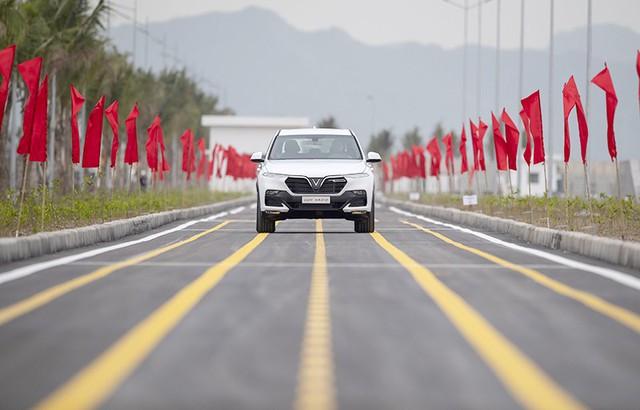 Chiếc SUV VinFast Lux SA2.0 đầu tiên chạy thử trong khuôn viên nhà máy với tốc độ mạnh mẽ.