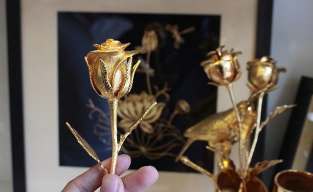 Hoa hồng mạ vàng có giá từ 2-3 triệu đồng/bông hút khách làm quà tặng dịp 8/3. Ảnh: Zing.