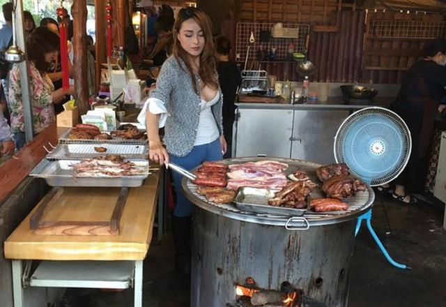 =Ruo Yan nướng thịt ở quán cạnh đường lên núi Alishan, miền trung Đài Loan. Ảnh: Facebook.