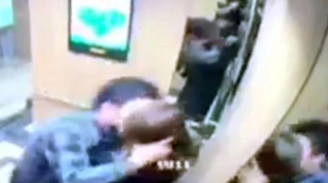 Người đàn ông có hành động khiếm nhã trong thang máy bị camera an ninh của toà nhà ghi lại hôm 4/3. Ảnh cắt từ video.