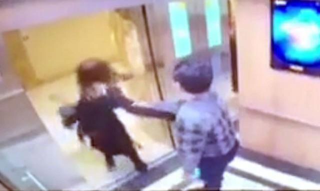 Sau khi cô gái vùng vẫy để thoát, người đàn ông cố kéo lại nhưng bất thành. Ảnh cắt từ video.
