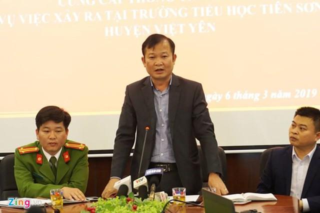 UBND huyện Việt Yên, Bắc Giang, thông tin về vụ việc thầy giáo bị tố dâm ô học sinh, sáng 6/3. Ảnh: Nguyễn Sương.