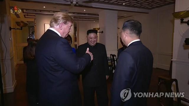 Hình ảnh cắt ra từ phim cho thấy lúc ông Trump và ông Kim kết thúc cuộc gặp ở Hà Nội hôm 28/2. Ảnh: Yonhap.