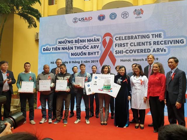 Bộ trưởng Nguyễn Thị Kim Tiến trao thuốc ARV cho đại diện Trung tâm Y tế quận Nam Từ Liêm.