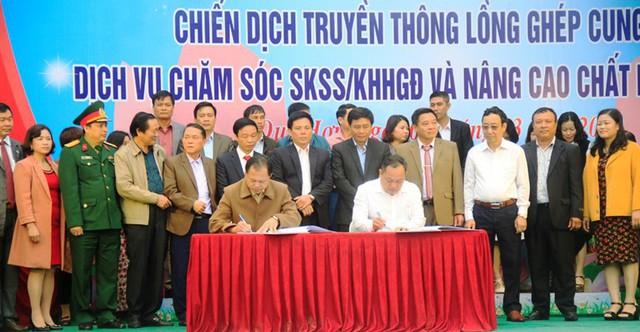 Đại diện Ban chỉ đạo Công tác dân số và phát triển của tỉnh chứng kiến lễ ký kết cam kết thực hiện chính sách dân số của 21 huyện, thành, thị.