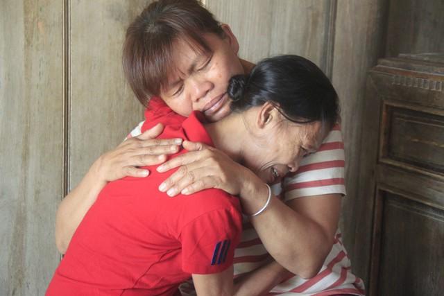 Chị Thìn ôm chầm lấy chị dâu sau bao ngày xa cách. Ảnh: V.Đồng