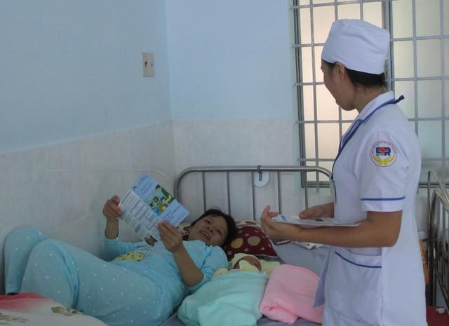 Cán bộ Y tế tư vấn về sàng lọc sơ sinh cho sản phụ. ẢNh: TL