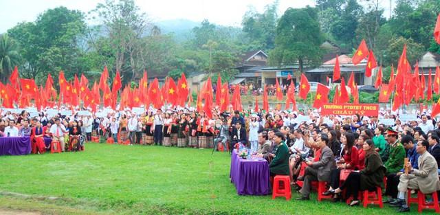 Đông đảo người dân, các em học sinh đến tham dự buổi lễ.