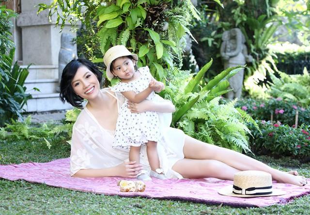 Cựu siêu mẫu từng gặp khó khăn về đường sinh nở, phải chạy chữa 9 năm mới được làm mẹ.