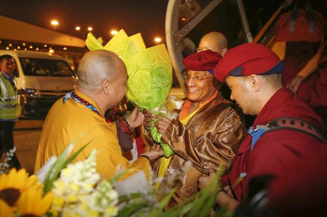 Hòa thượng Thích Thiện Tánh – Phó chủ tịch Hội đồng Trị sự GHPG VN đón tiếp Đức Gyalwang Drukpa tại sân bay Tân Sơn Nhất.
