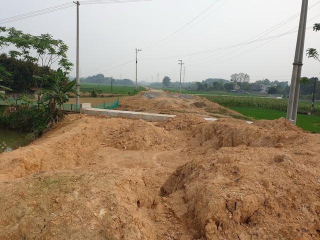 Tuyến đường giao thông xã An Đạo từ tỉnh lộ 323C đi từ khu 7 cảng An Đạo thi công dang dở.