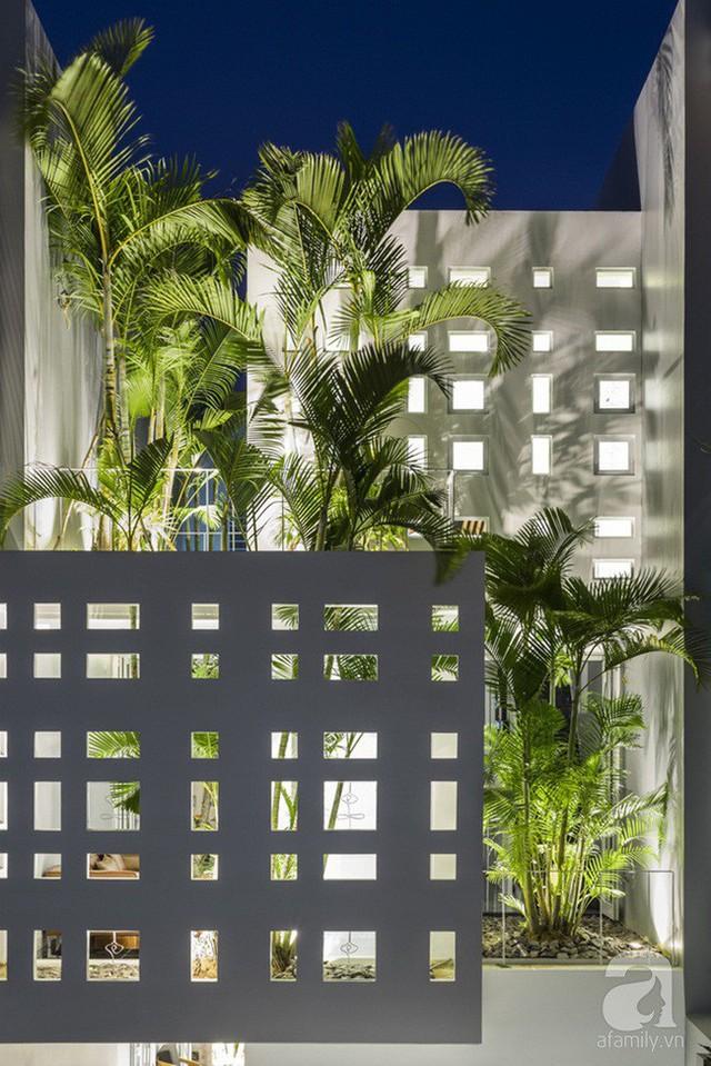 Ngôi nhà tạo ấn tượng đặc biệt ngay từ mặt tiền với những ô cửa vô cùng ấn tượng.
