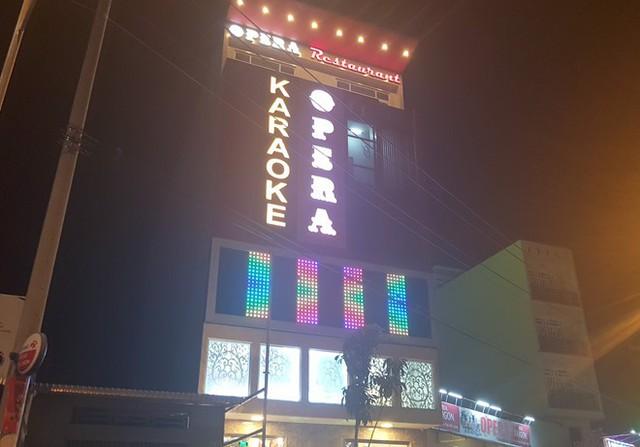 Quán karaoke, nơi trung tá bị té cầu thang và tử vong sau đó. Ảnh: Minh Anh.