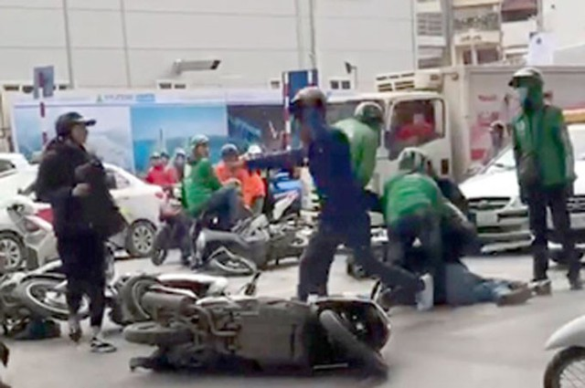Nhóm cướp dàn cảnh va chạm giao thông bị cảnh sát hình sự nguỵ trang khống chế. Ảnh cắt từ clip.