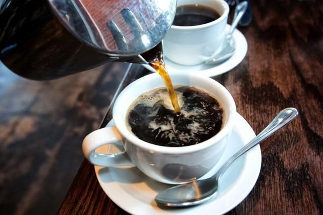 Tiêu thụ quá liều caffeine: Uống nhiều hơn lượng caffeine khuyến cáo hàng ngày là 400 mg có thể dẫn đến chóng mặt. Caffeine là chất kích thích hạn chế lưu lượng máu đến não. Máu không chảy đúng cách lên não sẽ gây ra uể oải, chóng mặt và nhức đầu.