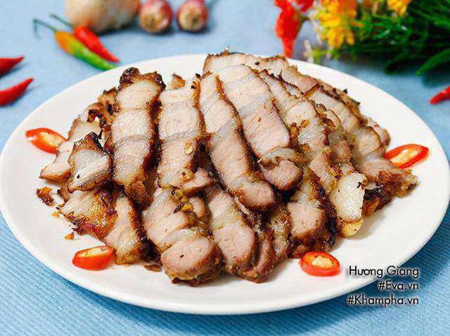 Nướng khoảng 20 phút, lấy ra lật miếng thịt rồi nướng tiếp, sau khoảng 10 phút lại lấy ra lật thịt và nướng tới khi miếng thịt chín vàng, thơm lừng là được.