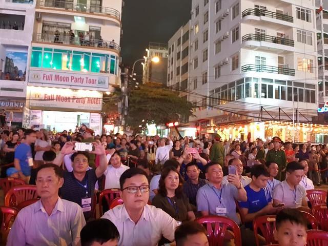 Rất đông du khách đổ về quảng trường thị trấn từ rất sớm