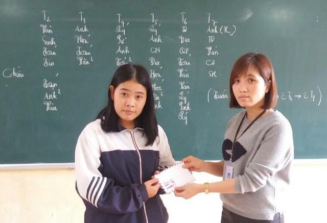 Em Trần Thị Thúy nhận quà của các độc giả Báo Gia đình & Xã hội trao tặng.