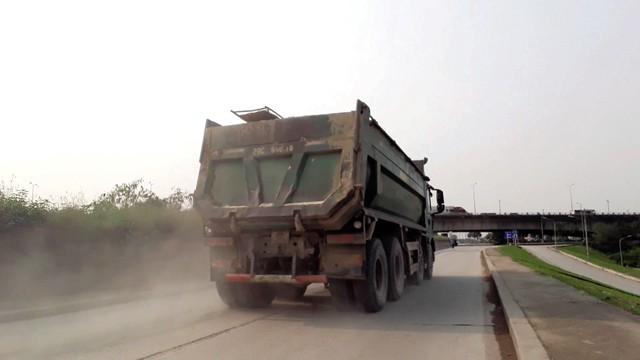 Xe tải lao nhanh cuốn bụi tung trắng xóa cả đoạn đường. Ảnh: PV
