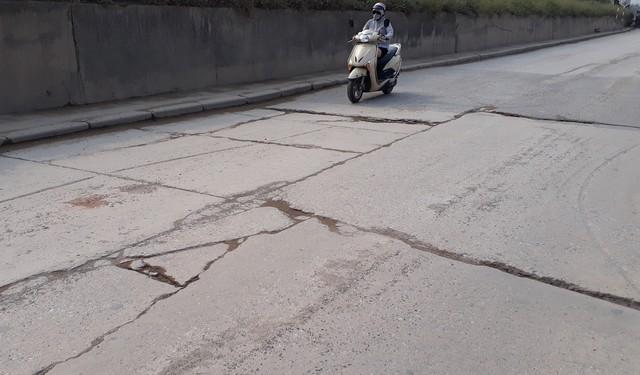 Đường đê Hữu Hồng nứt, lún do xe quá tải quá khổ lưu thông qua lại với mật độ dày đặc.