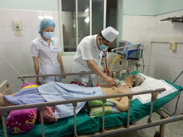 Các bác sĩ kiểm tra tình trạng sức khoẻ một nam bệnh nhân ngộ độc thuốc diệt cỏ paraquat tại Bệnh viện Đa khoa tỉnh Tuyên Quang. Ảnh: Thanh Yến