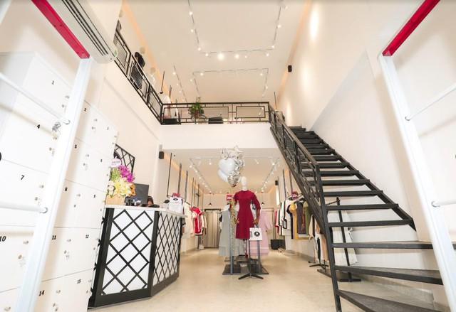 Không gian sang trọng, rông rãi tạo nên sự thoải mái khi mua sắm cho khách hàng tại cửa hàng tại 190 Nguyễn Trãi - HCM.