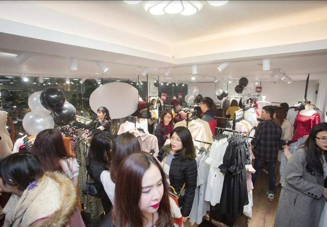Ngay trong ngày khai trương nhân viên tại JM đã tiếp đón hơn 1000 lượt khách hàng tham quan và mua sắm