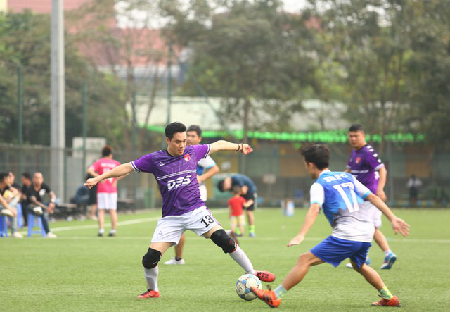 Trong trận chung kết với FPT, V - Stars mặc áo tím. Diễn viên Việt Anh thi đấu ở vị trí hậu vệ.