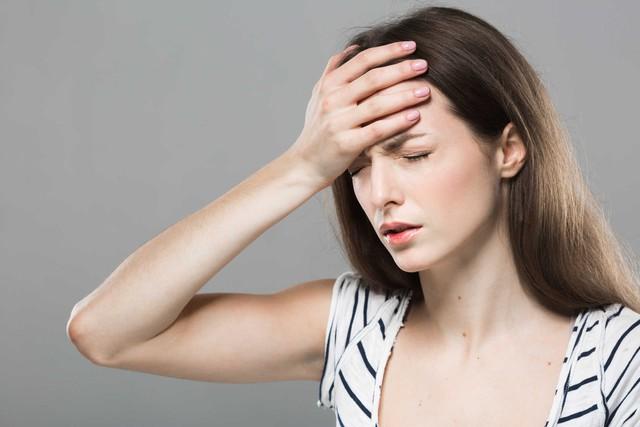 Nghỉ ngơi và massage đầu là giải pháp giảm đau hiều quả. Ảnh minh họa