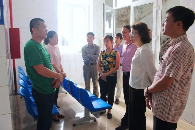Bà Nguyễn Thị Tiến (áo trắng) - Phó Giám đốc Sở GD&ĐT tỉnh Hải Dương cùng đại diện một số phòng, ban vào bệnh viện hỏi thăm cháu S. Ảnh: TL