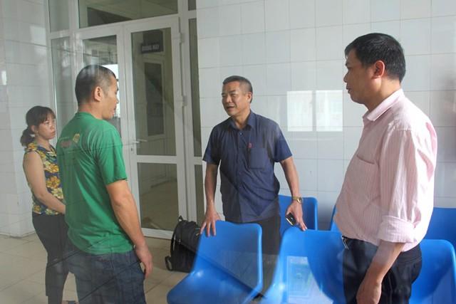 Lãnh đạo UBND huyện và Phòng GD&ĐT huyện Tứ Kỳ đến hỏi thăm, động viên tặng quà em S. Ảnh: Đ.Tùy