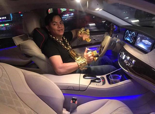 Phúc XO, tức Trần Ngọc Phúc, nổi tiếng trên mạng xã hội là người đeo vàng nhiều nhất Việt Nam