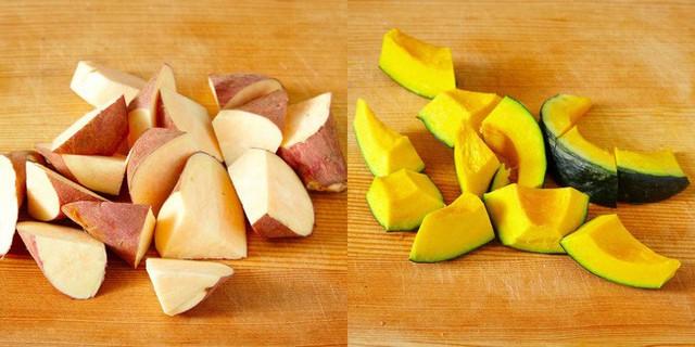 Cho khoai lang, bí đỏ vào nồi hấp chín.