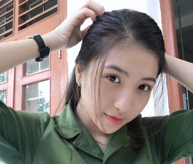 Huỳnh Khả Vy (sinh năm 1999) được mọi người biết đến qua bức ảnh trong trang phục quân sự thu hút hàng ngàn lượt like trên mạng xã hội.