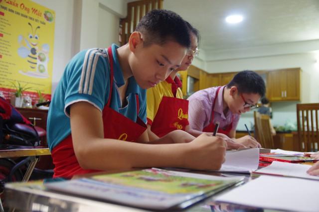 Ngoài những lúc bận bịu với công việc trong căn bếp nhỏ, khi rảnh rỗi các em còn được dạy vẽ những bức tranh về cuộc sống giúp phong phú tâm hồn.