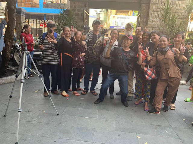 Người dân vô tư cười đùa trong đám tang nghệ sĩ Anh Vũ
