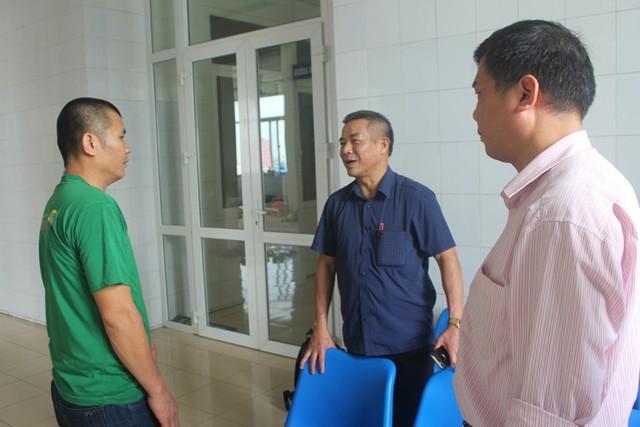 Lãnh đạo UBND huyện và Phòng GD&ĐT huyện Tứ Kỳ đến bệnh viện hỏi thăm em S. vào chiều 9/4. Ảnh: Đ.Tùy