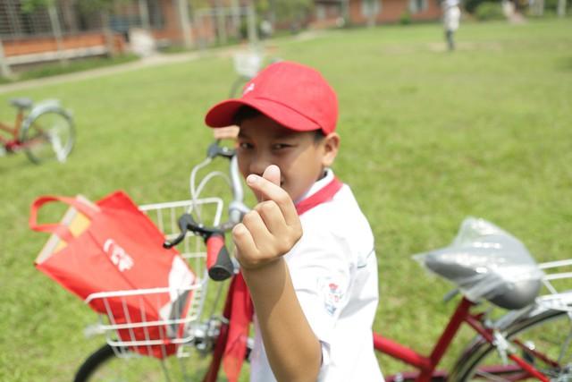 Niềm vui khi được tặng xe mới của một cháu nhỏ tại Nghệ An